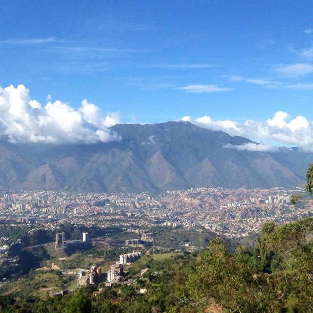 Majestuosa mi Caracas bella con el Ávila de telón, vista desde Alto Hatillo. Venezuela.