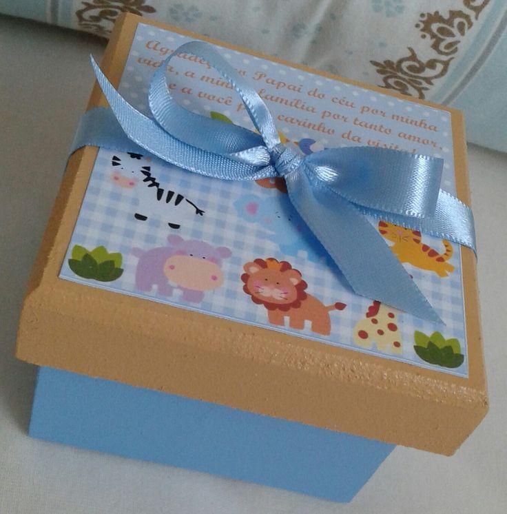 Lembrancinha caixinha maternidade    O caixa acompanha: caixa MDF 7 x 7 cm, adesivo personalizado, fita de cetim, chaveiro (ursinho, chupeta, mamadeira e bebê anjinho) e saco de organza.    Personalizamos o nome, cores, desenho e muito mais.    Gostou ? Então entre em contato e faça um orçamento ...