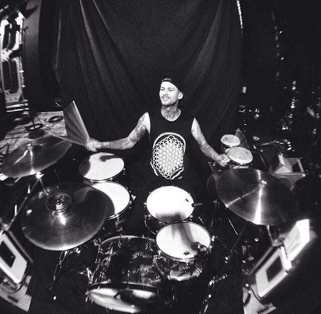 That moment when Mike from Pierce the veil is wearing a Sempiternal tee...... :'3
