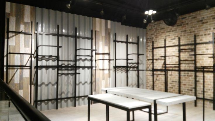 Muros en lamina Acanalada con aplicacion de pintura electrostatica Gris nube y tableros en madera con acabado en laca