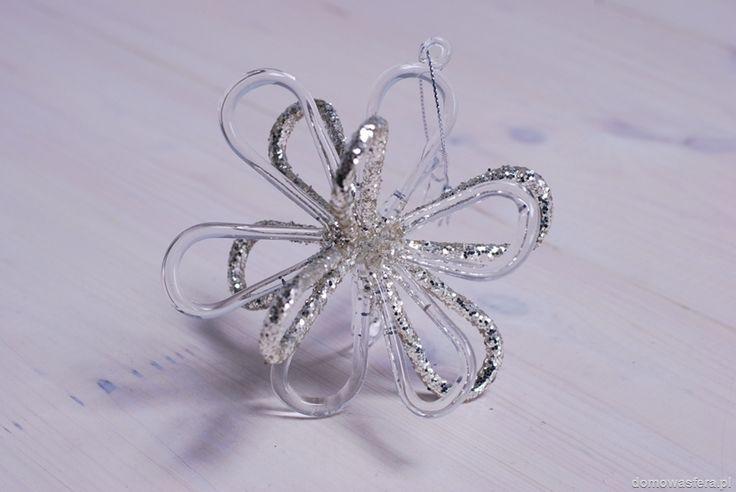 Szklana bombka ze srebrnym brokatem. Sprawdzi się jako ozdoba choinki, stroika lub okna. To niebanalny świąteczny dodatek.