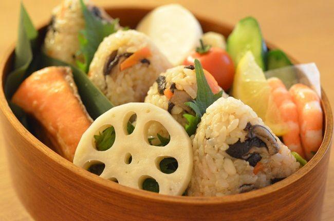 塩鮭 甘酢蓮根 ぬか漬け(かぶ、きゅうり) サラダ海老 プチトマト 自家製干し椎茸の炊き込みおにぎり