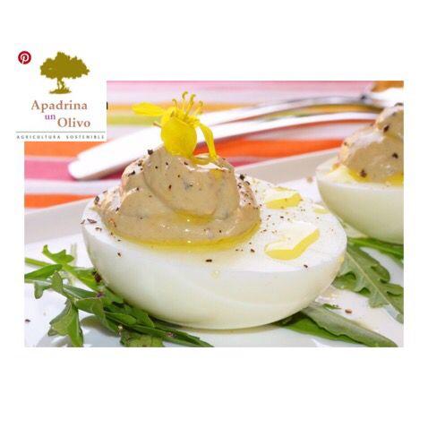 Huevos rellenos de boletus y trufa Ya os hemos comentado en otras ocasiones que aunque los huevos rellenos con mahonesa y atún están ricos, nos gusta variar, y el huevo lo permite porque es un alimento muy versátil. Hoy tenemos una sencilla propuesta, además de económica aunque no lo parezca, es la receta de Huevos rellenos de boletus y trufa.  Para aportar el sabor de esta preciada seta a los huevos rellenos utilizamos boletus en polvo, un producto que podemos comprar así o que podemos…