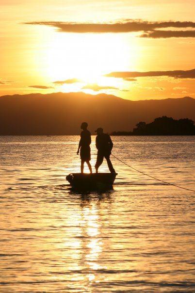 Coucher de soleil au lac Tanganyka.. deuxième lac africain après le lac Victoria. Il traverse la RDC, le Burundi, la Tanzanie et la Zambie ♥