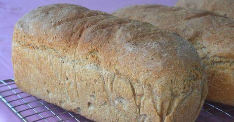 Saftig og smakfult grovbrød!  Frys det gjerne ned rett etter avkjøling, så har du nydelig ferskt brød til flere dager.  Oppskriften gir 3 b...
