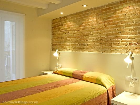 2 bedroom apartment in Barcelona to rent from £384 pw. With air con, TV and DVD.