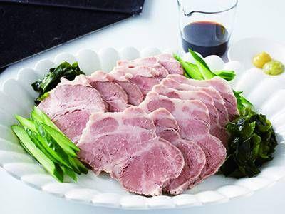 小田 真規子さんの豚肩ロース肉を使った「ゆで豚のお刺身風」のレシピページです。柔らかなゆで豚を薄切りにし、きゅうりやわかめを添えてさっぱりと。わさびとからしはお好みで。混ぜてつけるのもおすすめです。 材料: ゆで豚、カットわかめ、きゅうり、塩、練りわさび、練りがらし、しょうゆ