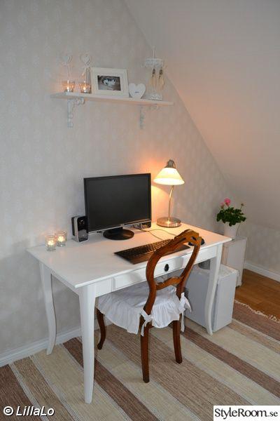 datarum,skrivbord,dator,hylla,konsoller,lampa,blomma,pelargon,trälåda,stol,rokokostol,ljus,vitt,beige,lantligt,romantiskt,shabby chic