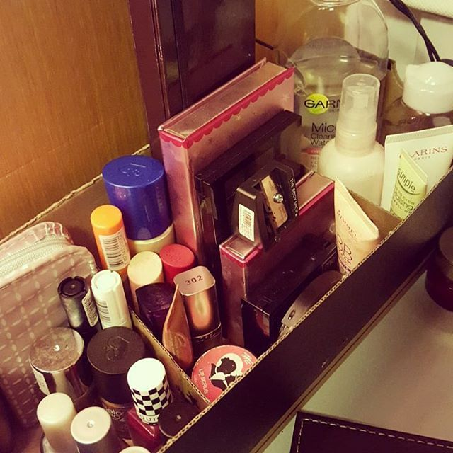 My uni beauty hack - using a Converse shoe box as a make up stand, even used the left over cardboard to make different sections for nails, make up and skin care ❤ #UNiDays #UNiDAYSXBenefit @benefitcosmetics @myunidays @benefitcosmeticsuk #studenthack