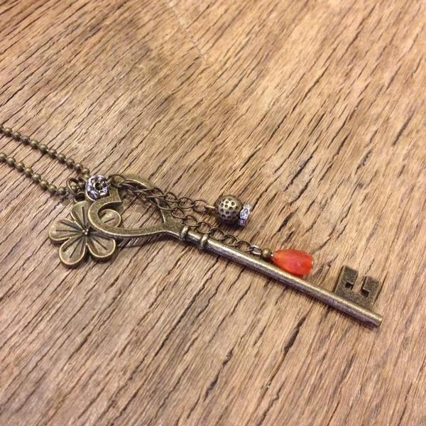 Collana con chiave,pietre e strass di Relooker  su DaWanda.com