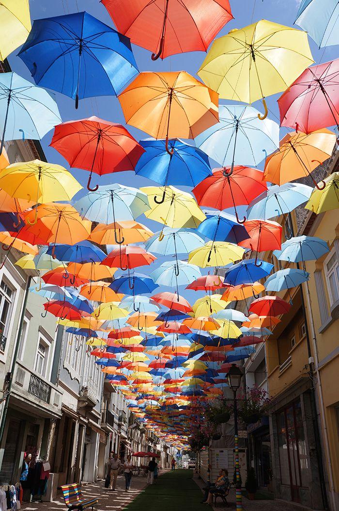カラフルな傘が空に浮かぶ街アゲダへ
