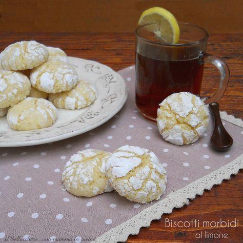 I biscotti morbidi al limone sono squisiti pasticcini, molto profumati, caratterizzati da una croccante crosticina esterna e da un cuore morbido.