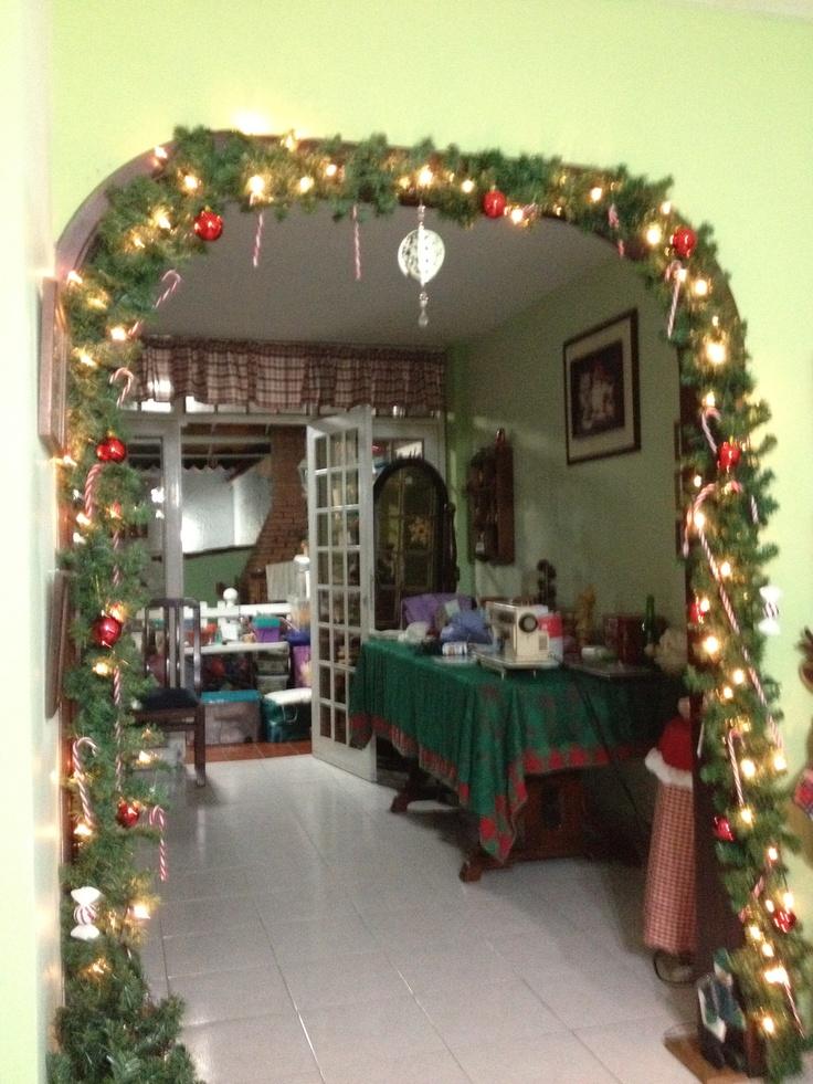 arco decorado con guirnalda de pino navidad