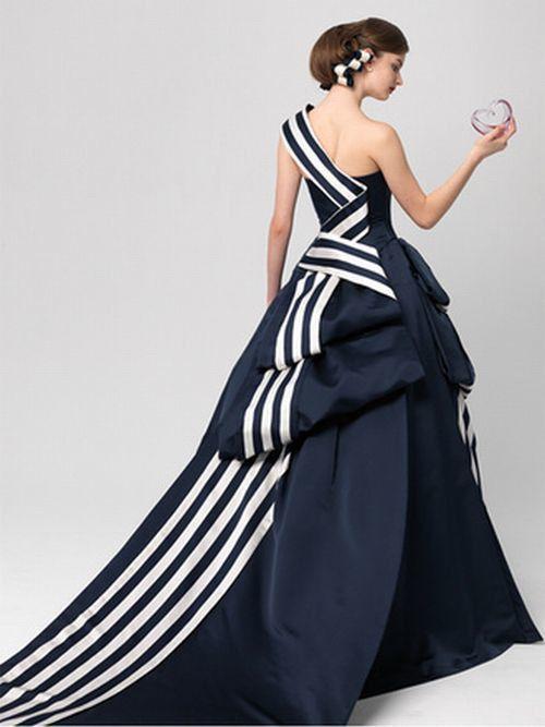 大人Weddingのお色直しに。貴女をシックに飾る『ネイビードレス』という選択 | by.S