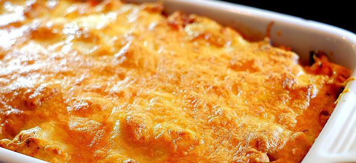 Deze pastaschotel uit de oven met kip pesto, tomaat, prei, paprika en mozzarella is makkelijk te maken en erg lekker. Hier vind je het recept.