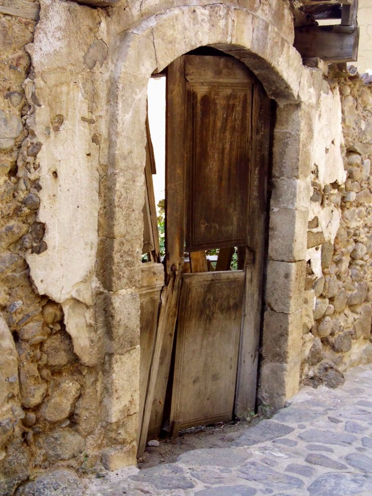 Puertas antiguas con candados aparecen por las calles de Kakopetria.