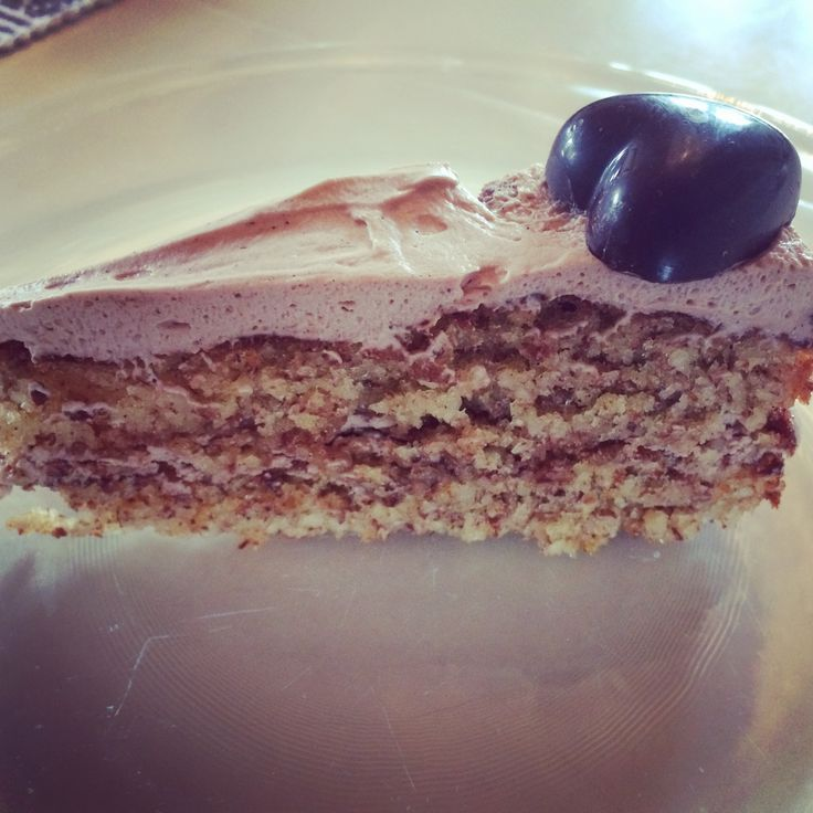 For en fantastisk god kake og du lager den på 1,2,3 :) Lyst til å prøve? :) 300 gr mandler 3 dl. sukker 1,5 ss smeltet smør 1 ts bakepulver 1 ts CEMO Vaniljesukker 3 egg Mal mandlene og rør alle in…