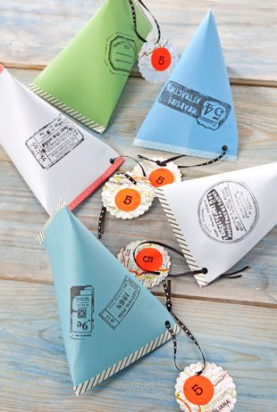 Gebruik voor één zakje een velletje A5-papier. Zet hier in het midden een stempel op en vouw het dubbel (maak geen strakke vouwlijn). Plak de zijkanten aan elkaar met tape en sluit de onderkant door de uiteinden aan elkaar te plakken. Vul het zakje met de traktatie en sluit de bovenkant ook weer met tape. Knip een gaatje in het zakje en hang er een lintje met (zelfgemaakt) labeltje aan.