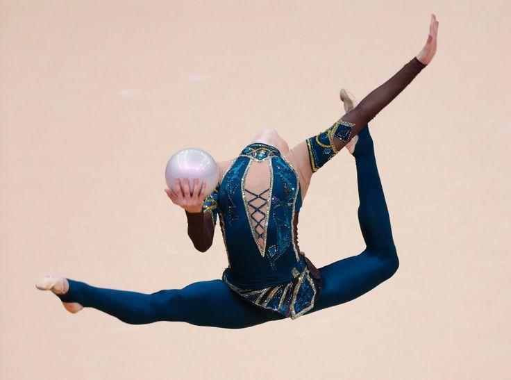 Mit rhythmischer Sportgymnastik ist es so eine Sache. Entweder man liebt sie, oder, nun ja, man kann dem Schleudern von Bällen und Bändern bei zeitgleich drei Pirouetten nicht viel abgewinnen. Der Einsatz aber, der ist beeindruckend. Im Bild: Alina Maksymenko aus der Ukraine.