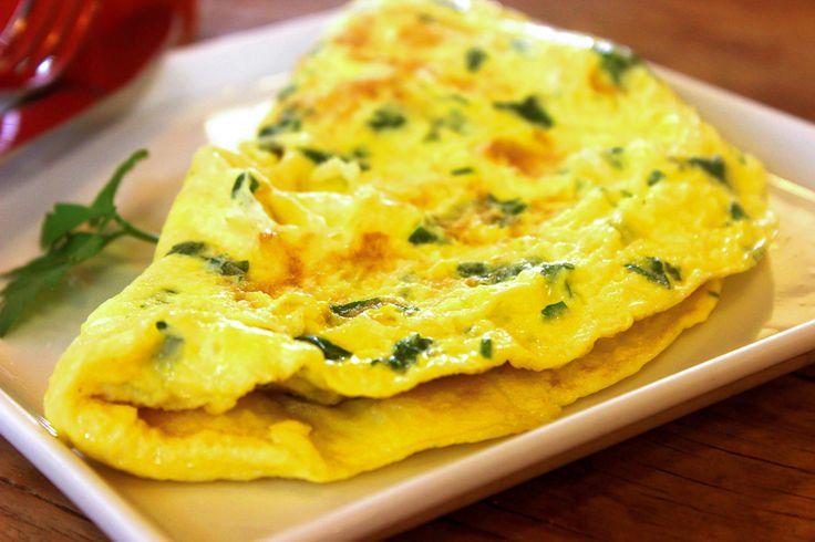 Vynikající a nadýchaná omeleta se šunkou a sýrem. Omeletu můžeme naplnit různými ingrediencemi dle vlastní chuti, třeba houbami nebo zeleninou.