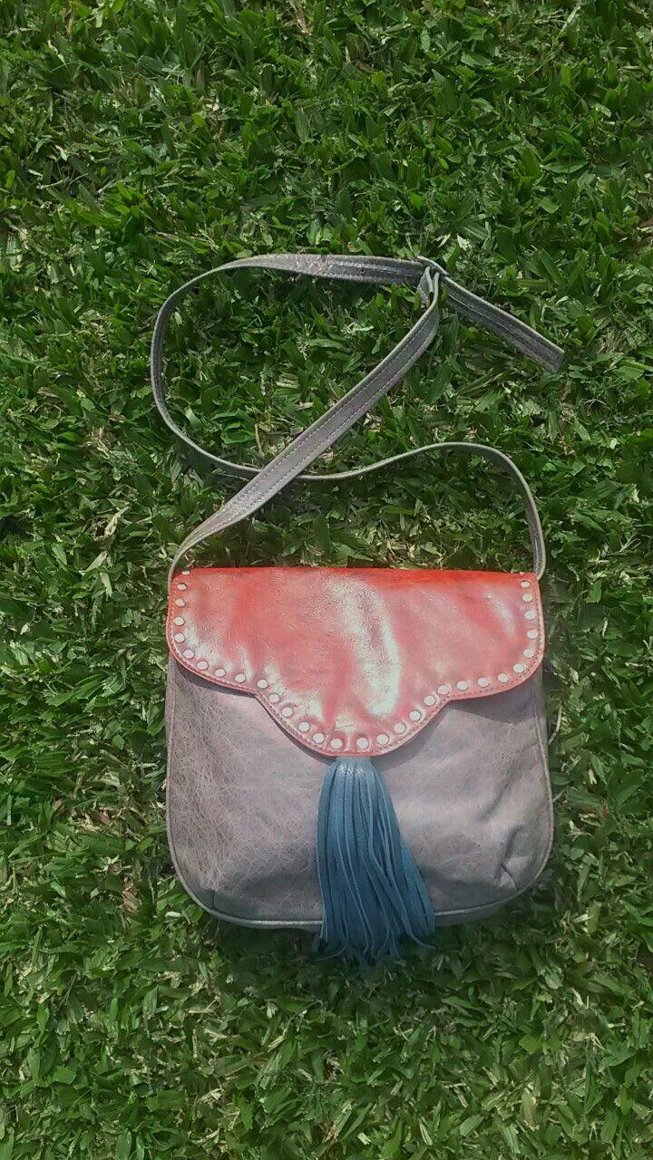 Morral color visón, rojo y petróleo, con tachas. #bags #leatherware #morral
