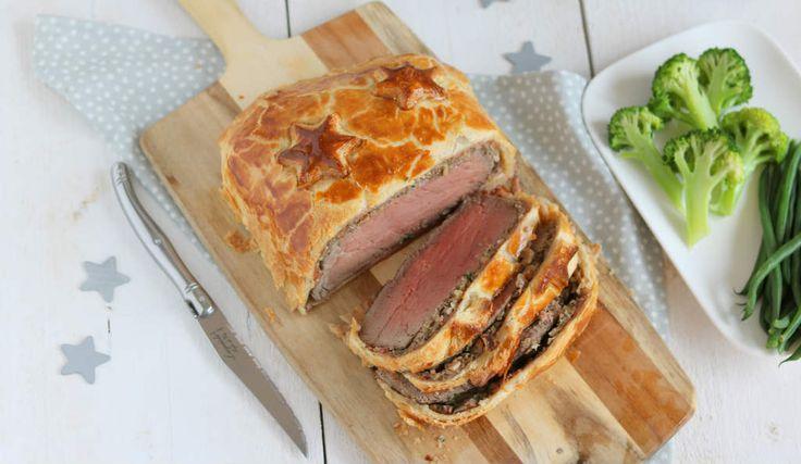 Beef Wellington is een klassiek kerst recept. De bladerdeeg maak ik dit keer ook zelf en met de vulling erbij zet je een pronkstuk op tafel deze kerst.