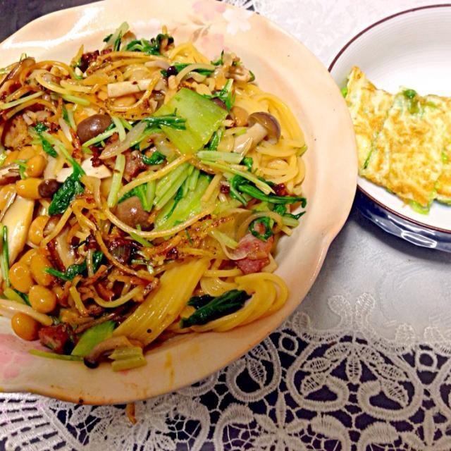 ・納豆パスタ(納豆、卵黄、ベーコン、チンゲン菜、水菜、しいたけ、しめじ、エリンギ) ・キャベツとチーズの卵白巻き でした。  写真に写ってないけど、豆腐とワカメのスープ、トマトスライス、ご飯とカブの甘酢漬けもありました。 - 26件のもぐもぐ - キノコたっぷり納豆パスタの晩ご飯 by yasugram