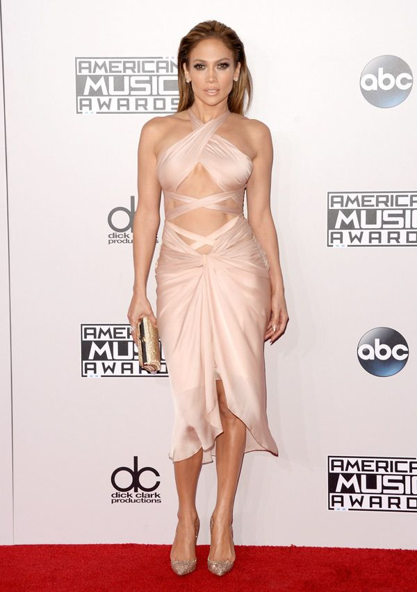 Jennifer Lopez pairs her smokey eyes with a sexy nude lip. #AMAS2014.