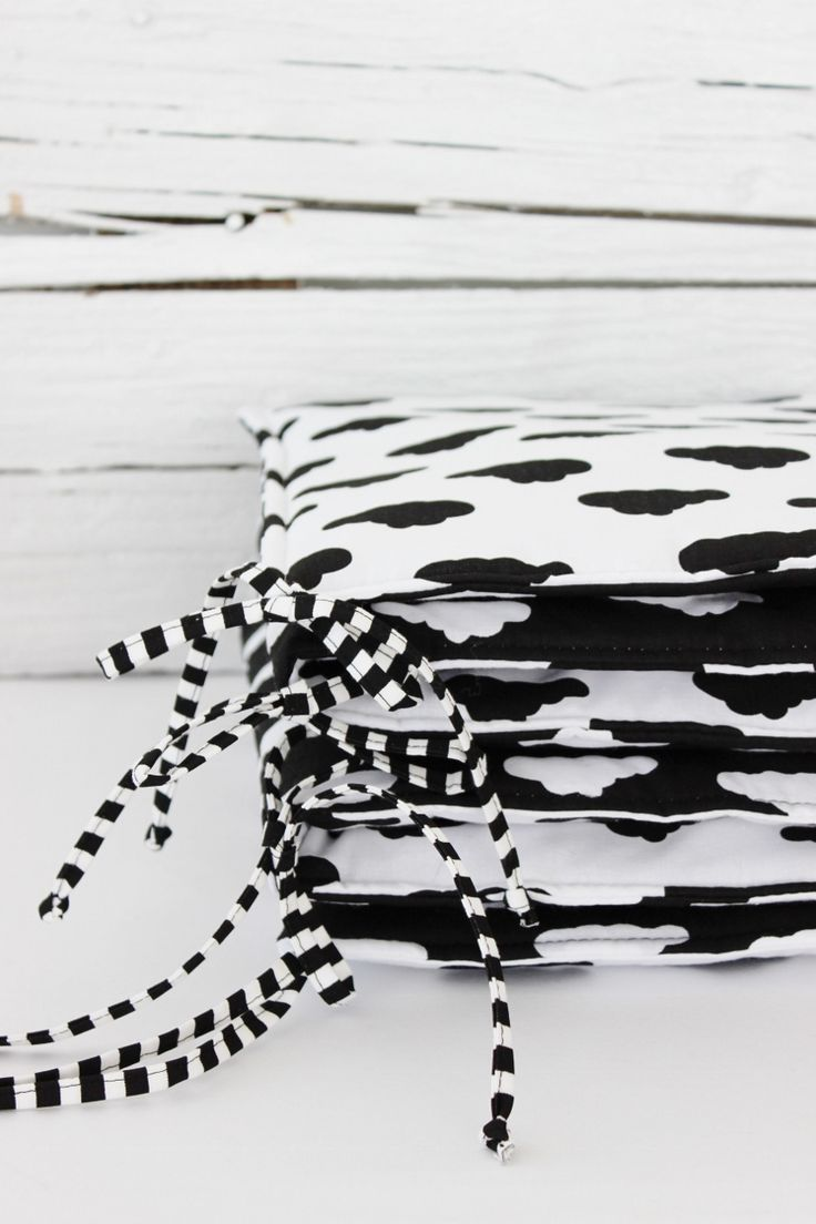 Mantinel obláčkový Mantinel obláčkový pro miminko. Oboustranný, černobílý. Opatřen pruhatými šňůrkami. Miminko po narození nerozeznává barvy. jen kotrasty. Nejsilnější kontrast vytváří černá a bílá :). Mantnel je vyplněn 2cm silným vatelínem. Rozměr: 60cm+60cm+60cm x 30 cm. Uvedená cena za jede kus mantinelu 180x30 cm.