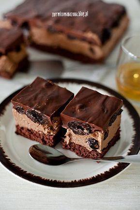 Ciasto ze śliwkami suszonymi i rumem to świetny deser dla dorosłych, którzy kochają wyraźne, słodkie smaki.