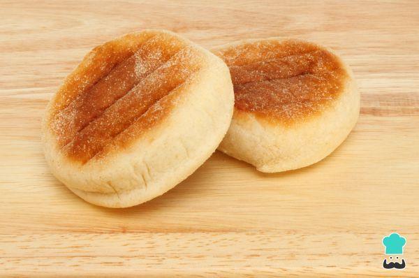 Aprende a preparar muffins ingleses caseros - Pan en sartén con esta rica y fácil receta. Los muffins ingleses son muy parecidos al famoso pan amasado chileno, pues...