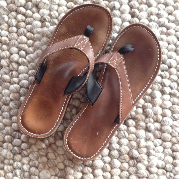 clarks brown leather flip flops