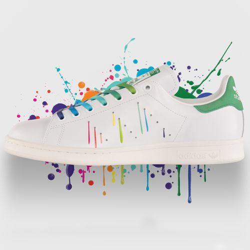 Blanches avec lacets arc en ciel et détails côté extérieur de la chaussure en fils couleurs arc en ciel  / arrière basique  | Stan Smith