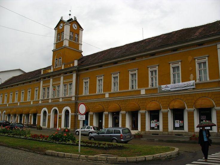 Clădirea Bazarului înainte de renovare (1869-1870), azi spații comerciale (parter) și galerie de artă (etaj), Piața Libertății 2-4, Sfântu Gheorghe