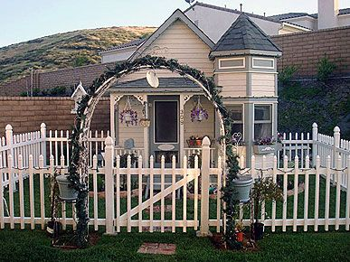 Previous pinner said: French Victorian DOG House. My comment: I think Annabelle and I could both live here very happily! :) <3