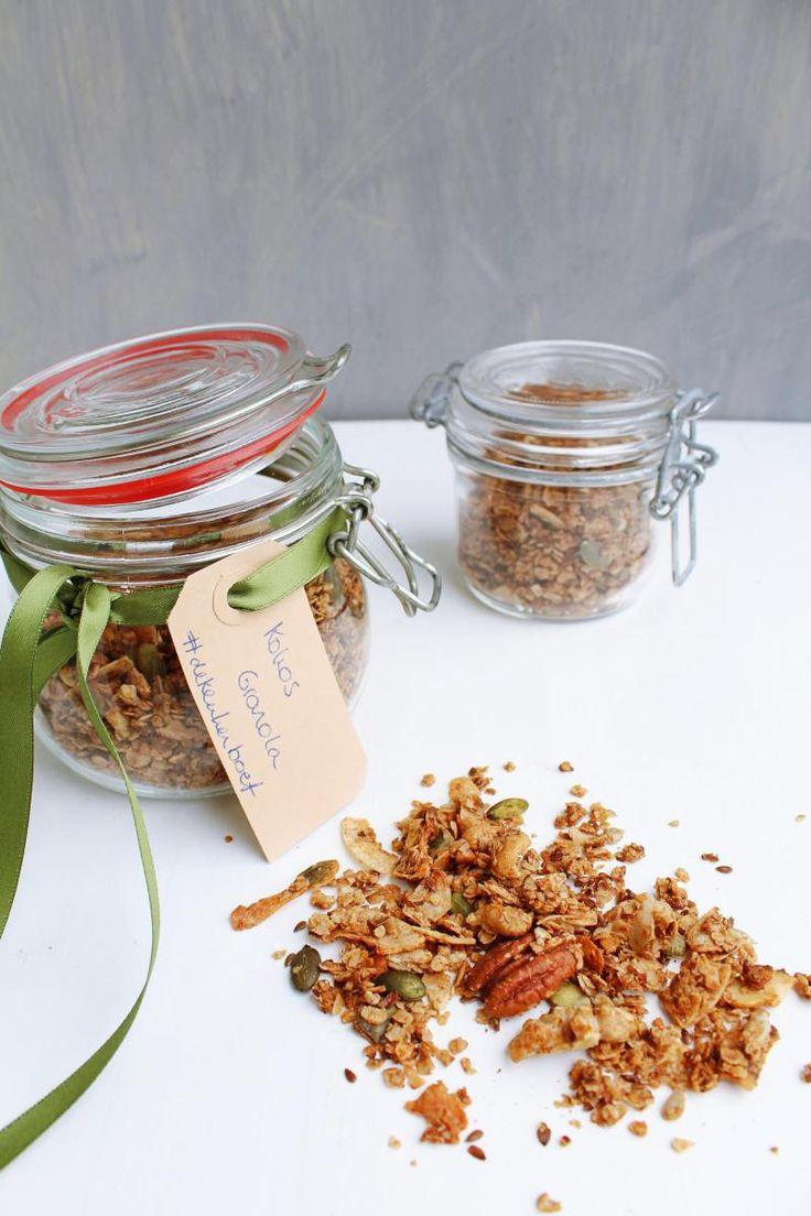 Zelf granola maken wordt je nieuwe favoriete bezigheid. Neem havermout als basis en creëer je eigen favoriete ontbijtgranen. I made homemade kokos granola.