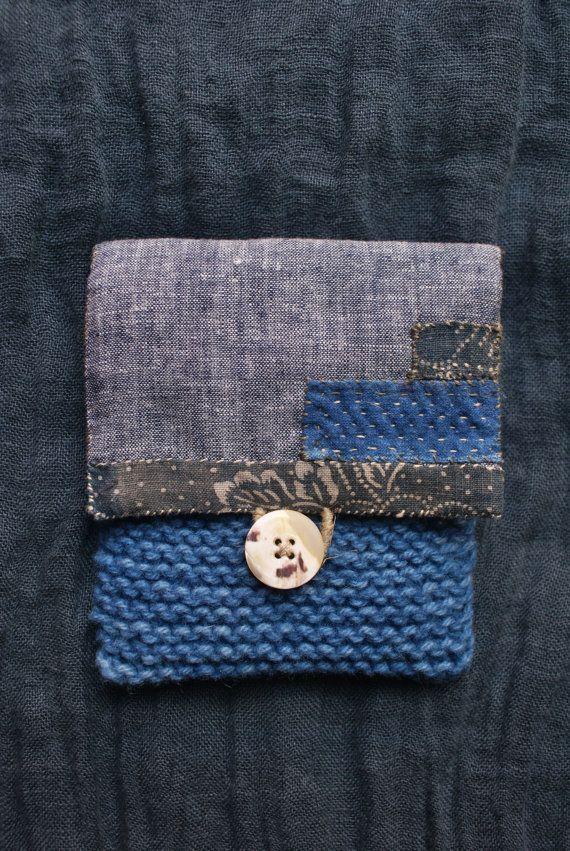 pochette dans des tons bleu-gris, entièrement cousue, quiltée et tricotée main, en lin chiné bleu et blanc, en tissus japonais anciens, et pure laine