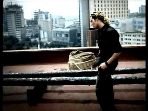 Esta ausencia de hielo, de piedra y silencio  Que corta las horas sin piedad  Esta ausencia infinita de noches y días  No tiene final  Fué tan fácil decir que el adiós sanaría  Las espinas clavadas en tu alma y la mía  Esta ausencia me grita  Que se acaba la vida  Porque no volverás, volverás