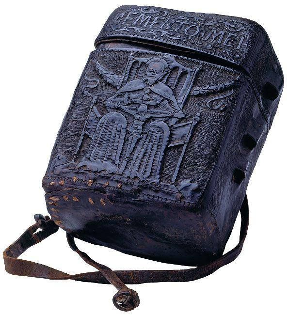 15. yüzyılda İtalya'da yapılmış bir kitap çantası. ''Memento Mei'' (beni hatırla) yazıyormuş.