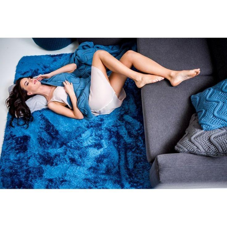 Príjemné plyšové koberce tmavo modrej farby