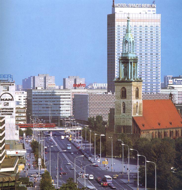 Zicht van Karl-Liebknecht-Straße naar Alexanderplatz en het Interhotel Stadt Berlin.