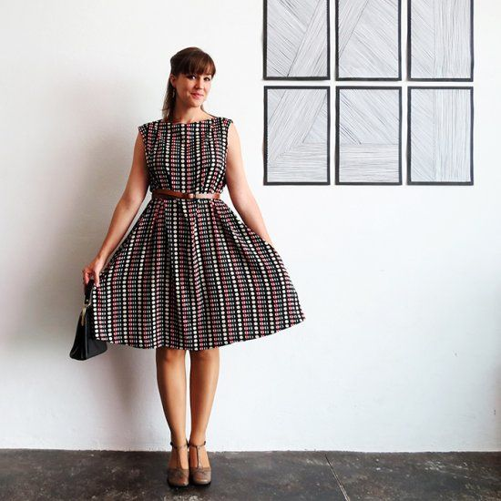 An easy tutorial to sew a simple dress. You can adapt it for every size. Perfect for beginners.