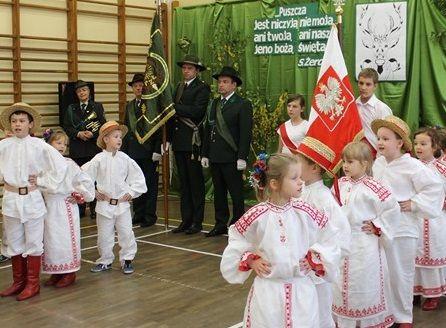 """3 października mieliśmy okazję uczestniczyć w niecodziennej uroczystości """"Hubertusy Siódemki"""", która była otwarciem współpracy jaką nasza szkoła nawiązała z Wojskowym Kołem Łowieckim """"Sygnał"""", w celu wspólnej realizacji szeroko pojętej edukacji przyrodniczej i regionalnej."""