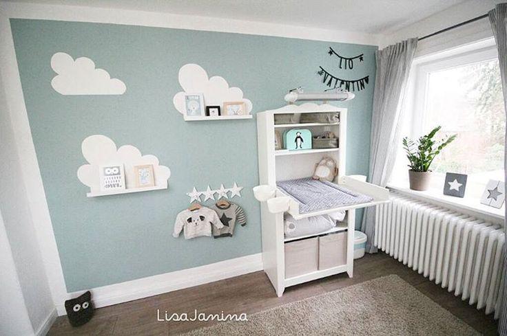 Das ist die zweite Perspektive und der zweite Einblick in Lio's Zimmer 😊  Das 'Teil', welches oben an der Wickelkommode angebracht ist, ist eine Wärmelampe!  Da Lio diesen Winter noch recht jung ist, wollten wir darauf nicht verzichten!  Eine Standwärmelampe fand ich jedoch nicht sehr dekorativ.. Also hat der Papa gebastelt 😁   #kidsroom #Kinderzimmer #babyzimmer #babyroom #baby #babyboy #augustbaby #ikea #ikeazimmer #ikeababy #wolken #wolkenliebe #sternenliebe #deko #weiß #türkis