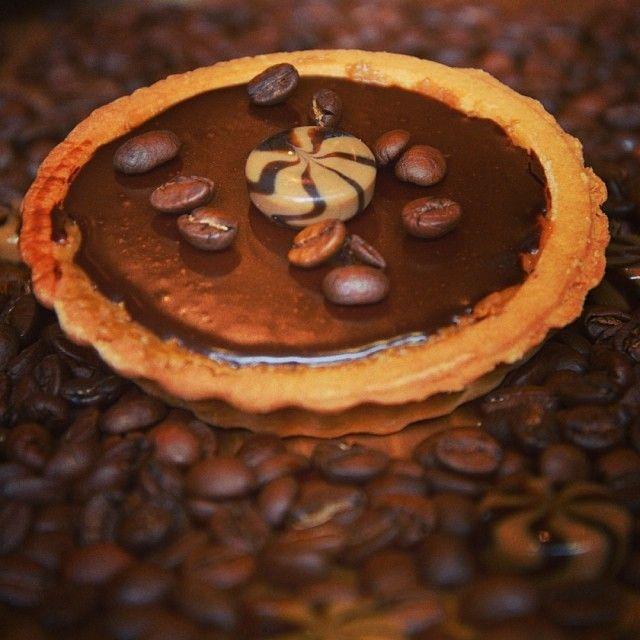 Caramel Coffee Tart: Aν αγαπάς τη μαύρη σοκολάτα, τον καφέ και το μπισκότο θα λατρέψεις την τάρτα πουανάγκασε τους Ουμπα Λούμπα να ξεκινήσουν τους espresso.