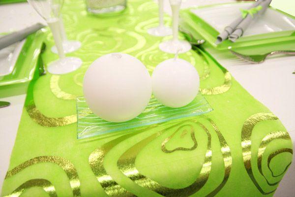 Chaque bout du chemin de table reçoit une coupelle dans laquelle est posée une ou deux bougies. De quoi mettre l'ambiance !