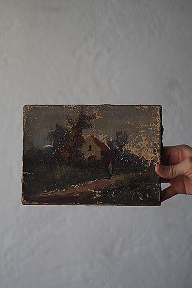赤い屋根を基軸に 油絵-oil painting canvas 向かって右側表面の絵の具が点々と剥がれ続けている風景画。年代を経た油絵にはクラクリュール(細かなヒビ)同様、その作品の一部となり余韻となって溶け込んでいる味わいが。絵画のコンディションを評する際ダメージと断言される幾つかの要素は、眺めて一瞬で響く何か、を感じられれば払拭されるはず、アンティークでもそうでなくても。右下にAndre?かとペインターサイン、左側に横1,5cm位の破れが御座います。