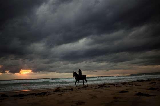 Una mujer monta a caballo por la playa el 19 de octubre. - Emilio Morenatti/ASSOCIATED PRESS/AP Images