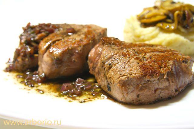 Этот стейк из самой обычной говядины с рынка быстро обжаривается на сковороде, а затем запекается в духовке. За это время вы как раз успеете приготовить вкусный соус из красного вина.