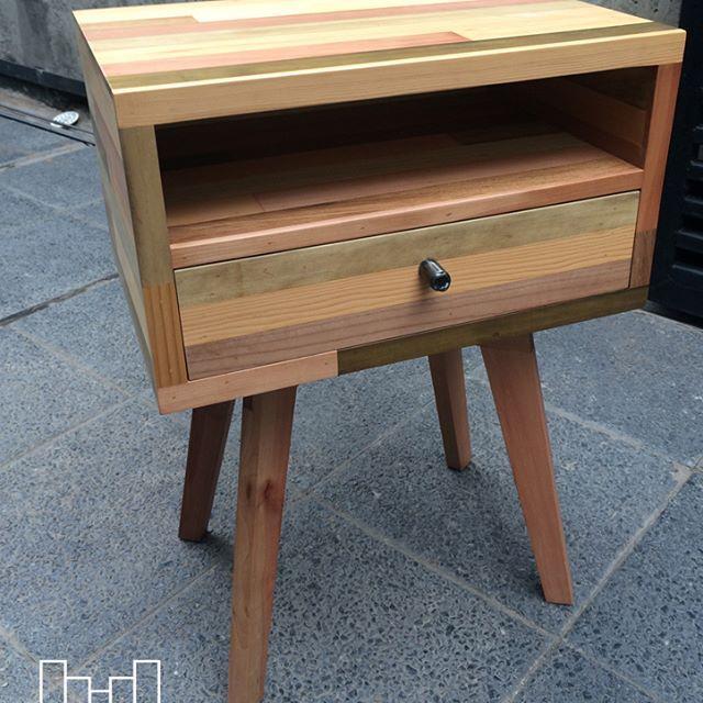 Velador madera natural un cajón y espacio libre.